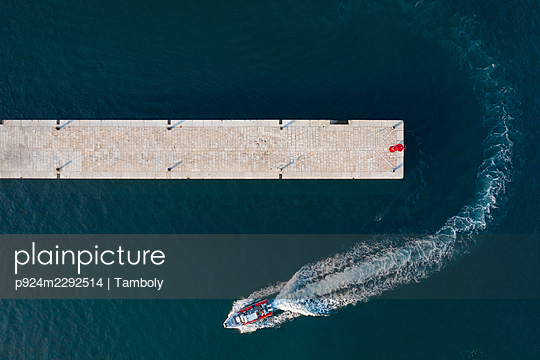 Croatia, Istria, Rovinj, Aerial view of dock and motorboat - p924m2292514 by Tamboly
