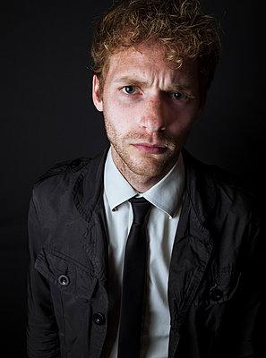 Ernster junger Mann mit Krawatte und Hemd - p1180m1020403 von chillagano