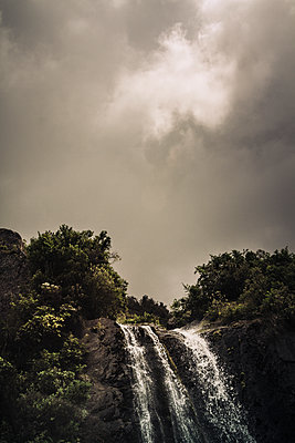Dunkle Wolken über einem Wasserfall - p1255m1574969 von Kati Kalkamo