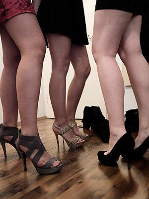 Junge Frauen in High Heels - p1383m2045089 von Wolfgang Steiner