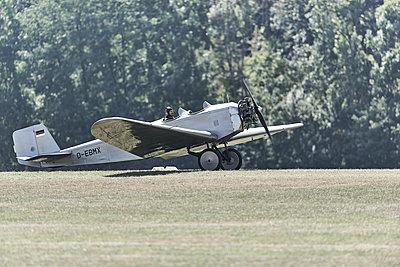 Altes Flugzeug - p587m1222990 von Spitta + Hellwig