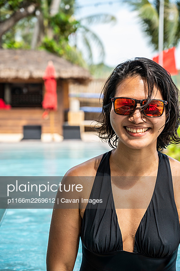 woman enjoying the pool at the tropical island of Koh Phangan - p1166m2269612 by Cavan Images