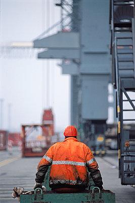 Hafenarbeiter Containerterminal Hamburg - p1099m1516521 von Sabine Vielmo