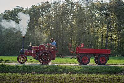 Traktor fahren - p1437m1586595 von Achim Bunz