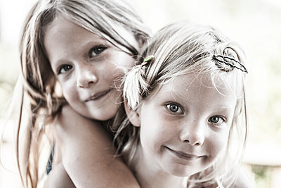 Sisters - p253m1042556 by Oscar