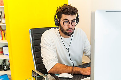 Young man working with computer in an office - p300m1189187 by Tom Chance