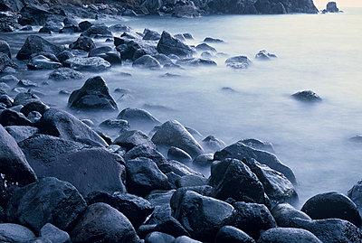 Steine am Wasser - p9792015 von Schoplick