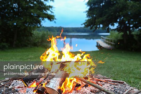 Lagerfeuer am See, Biosphärenreservat Schorfheide-Chorin, Neudorf, Friedenfelde, Uckermark, Brandenburg, Deutschland - p1316m1160965 von Roetting+Pollex