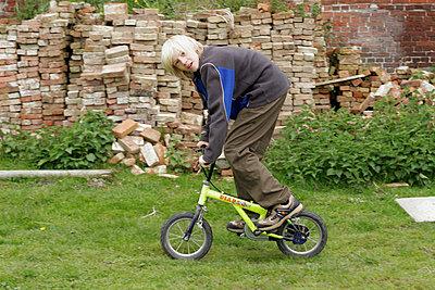 Junge auf Minifahrrad - p1650383 von Andrea Schoenrock