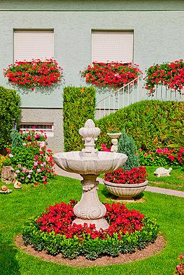 Blumenrabatte im Vorgarten - p248m853992 von BY