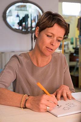 Zeichnerin bei der Arbeit - p299m1225694 von Silke Heyer