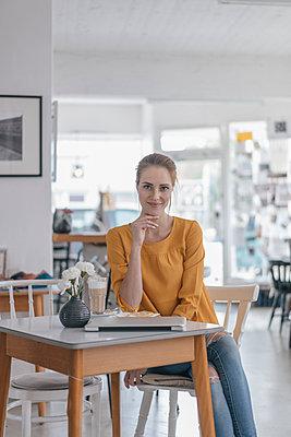 Young woman working in coworking space, taking a break - p300m2023461 von Joseffson