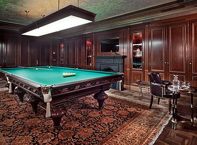 Pool table in luxury villa - p390m1115635 by Frank Herfort