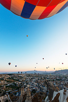 Balloon flight over Goreme, UNESCO World Heritage Site, Goreme, Cappadocia, Anatolia, Turkey, Asia Minor, Eurasia - p871m1107296 by Christian Kober