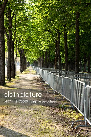 Fenced off park, shutdown due to Covid-19 - p1371m2178069 by virginie perocheau