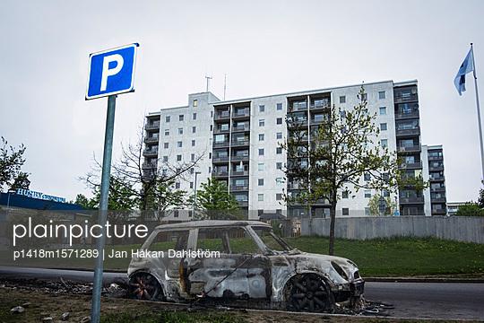 Ausgebranntes Auto - p1418m1571289 von Jan Håkan Dahlström