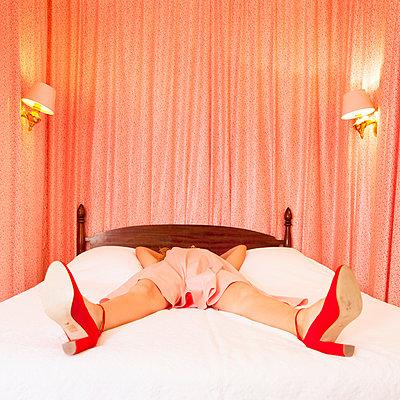 Woman lying on bed - p1105m2126411 by Virginie Plauchut