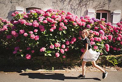 Mädchen auf der Straße - p1150m2026278 von Elise Ortiou Campion