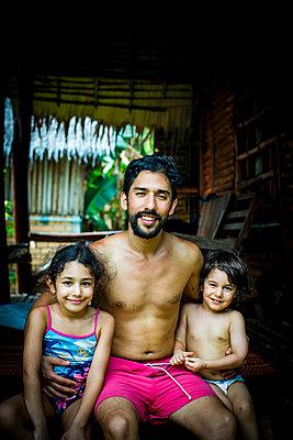 Familie auf der Terrasse, Porträt - p680m1515278 von Stella Mai