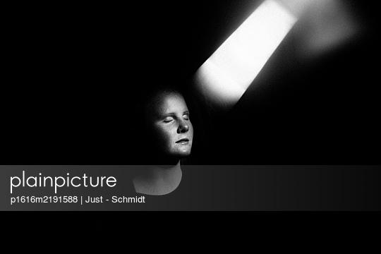 Frau mit geschlossenen Augen, Portrait - p1616m2191588 von Just - Schmidt