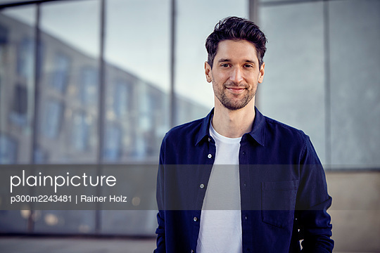 Entrepreneur smiling while standing outdoors - p300m2243481 by Rainer Holz