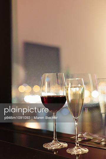 Weingläse am Fenster - p946m1091093 von Maren Becker
