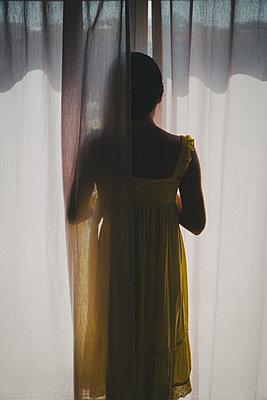 Junge Frau am Fenster - p1623m2204225 von Donatella Loi