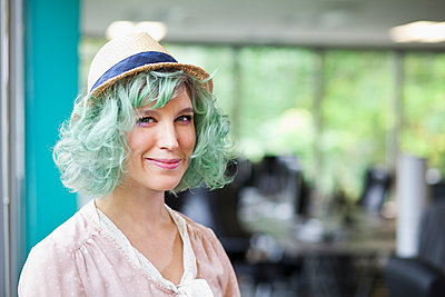 Caucasian businesswoman with dyed hair - p555m1305855 by Jetta Productions