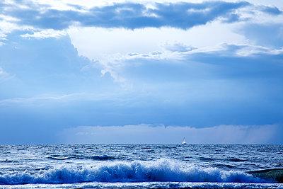 Stürmische See mit Segelboot am Horizont - p606m1481426 von Iris Friedrich