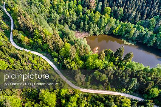 Germany, Baden-Wuerttemberg, Schurwald, Aerial view of road at Herrenbach reservoir - p300m1587199 von Stefan Schurr
