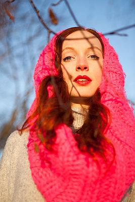 schöne Frau mit pinker Kopfbedeckung - p045m1208212 von Jasmin Sander