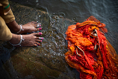 woman feet and sari on a step in the water - p1007m2099051 by Tilby Vattard