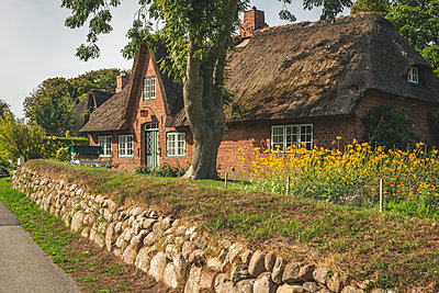 Germany, Schleswig-Holstein, Sylt, Keitum, thatched-roof house - p300m2042158 von Kerstin Bittner