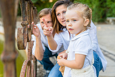 Parents with little daughter at a pond - p300m2140709 by Giorgio Magini