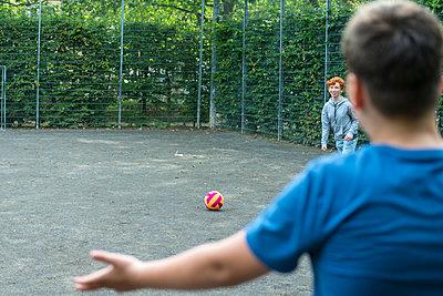 Kinder beim Fußball spielen - p427m1467173 von R. Mohr