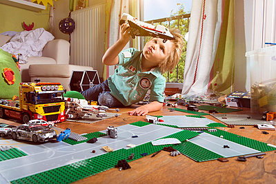 Boy playing with space shuttle - p608m731786 by Jens Nieth