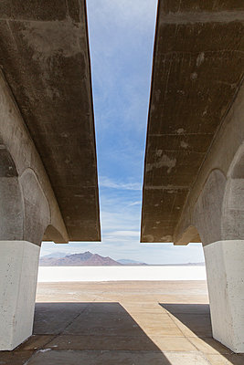 Lookout, salt desert, Bonneville Salt Flats, Utah, USA - p756m2215521 by Bénédicte Lassalle