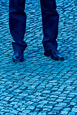 Man standing on a cobbled street - p7940043 by Mohamad Itani