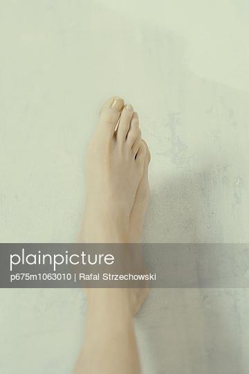 Close-up of woman's bare feet - p675m1063010 by Rafal Strzechowski