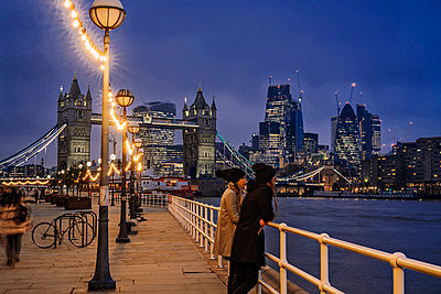 Couple standing along Thames River, London, UK - p1023m2067673 by Anna Wiewiora