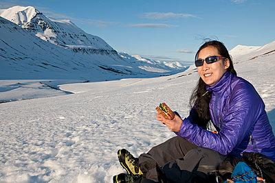 woman having lunch break while hiking in Iceland - p1166m2269492 by Cavan Images