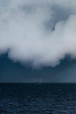 Segelschiff im Sturm - p248m949466 von BY