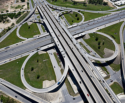 USA, Texas, San Antonio, aerial view of highway interchange - p300m1450096 by Cameron Davidson