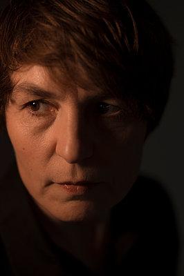 Portrait of brunette woman at twilight - p552m1538694 by Leander Hopf