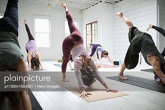 plainpicture - plainpicture p1192m1583327 - Women practicing yoga three... - plainpicture/Hero Images