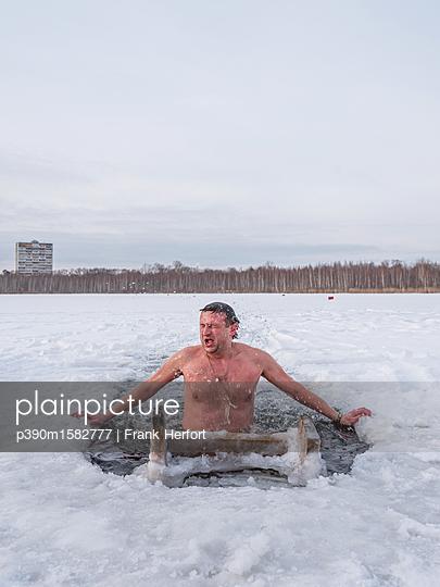 Russe beim Eisbaden in Moskau - p390m1582777 von Frank Herfort