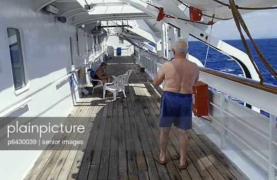 Seniorenehepaar auf dem Deck eines Kreuzfahrtschiffes  - p6430039 von senior images
