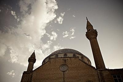 Moschee und zwei Minarette in Sanliurfa, Türkei - p586m971431 von Kniel Synnatzschke