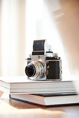 Vintage camera placed on books - p851m1116230 by Lohfink