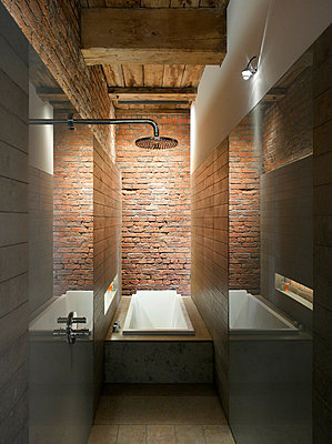 Shower and bathtub in bathroom, Albert Mill, Manchester, Greater Manchester. - p855m664397 by Daniel Hopkinson